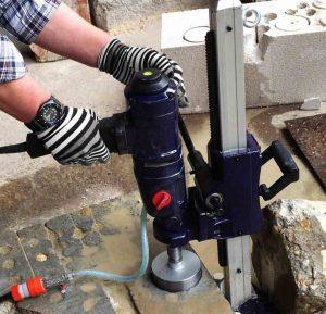 Пробиване на дупка в бетон
